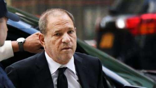 VIDEO. Harvey Weinstein interpellé par des comédiennes alors qu'il assistait à un spectacle de jeunes talents dans un bar new-yorkais