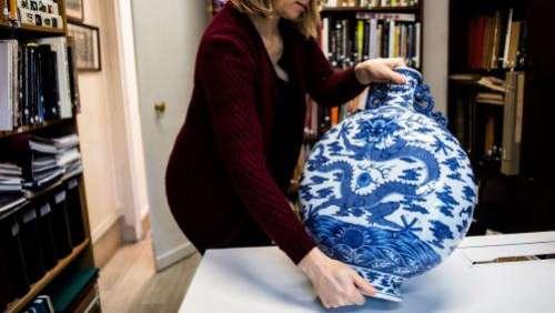 Une gourde chinoise du XVIIIe siècle vendue 4,1 millions d'euros aux enchères à Bourges