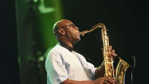Coronavirus : le saxophoniste camerounais Manu Dibango testé positif au Covid-19 se repose