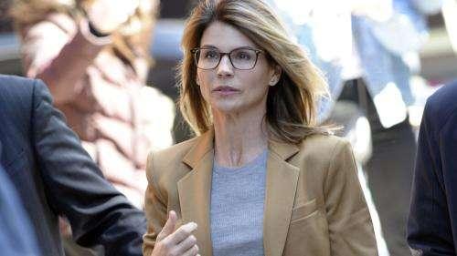 Pots-de-vin contre inscription à la fac : l'actrice Lori Loughlin va plaider coupable