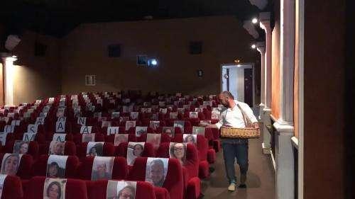 Dans l'Eure, un directeur de cinéma fait vivre sa salle en la remplissant des photos de ses habitués