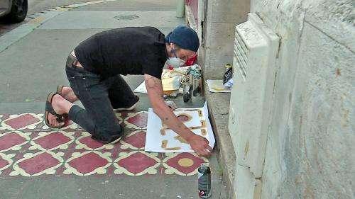 A Rouen, le graffeur InkOj peint des carreaux de ciments sur les trottoirs à la manière des maisons de nos grands-mères