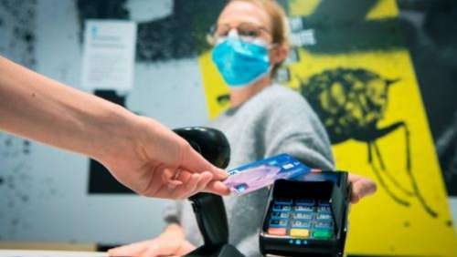 Argent : les distributeurs disparaissent, le sans contact explose