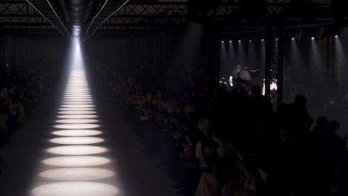 Retour de la Fashion Week féminine fin septembre à Paris : virtuel ou présentiel, les deux camps s'affrontent