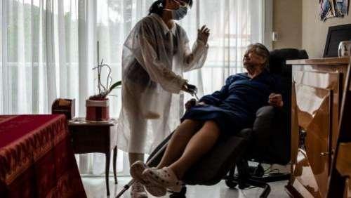 Coronavirus : l'Etat et les départements vont débloquer 160 millions d'euros pour une prime versée aux aides à domicile