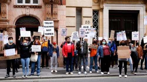 Coronavirus : face à la gronde des recalés, le gouvernement britannique rehausse les notes du bac