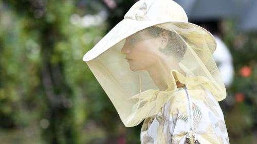 Protectrice et sensuelle, la mode à la Paris Fashion Week au temps du Covid