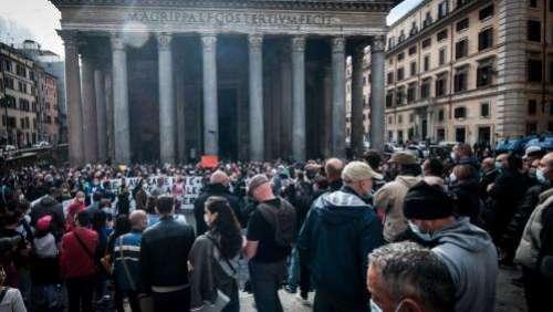 Covid-19 : face à la révolte qui gronde en Italie contre les mesures restrictives, le gouvernement débloque plus de 5 milliards d'euros