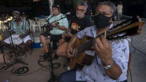 La samba revient à Rio en s'adaptant aux mesures sanitaires dues au coronavirus