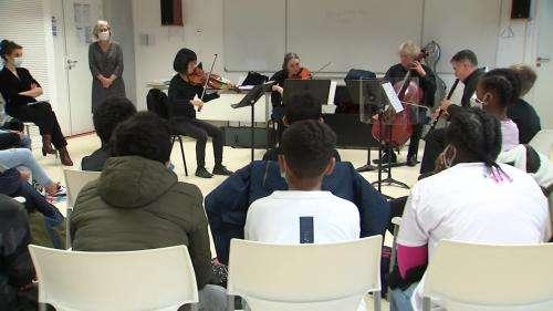 Moment de grâce entre les musiciens de l'opéra de Lorraine et des collégiens en compagnie de Mozart