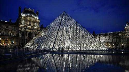 Un tableau de Soulages, une balade sur les toits avec JR... Le musée du Louvre propose aux enchères des œuvres et expériences insolites