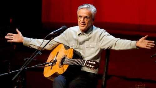 Revivez le concert de Noël donné par la légende brésilienne Caetano Veloso