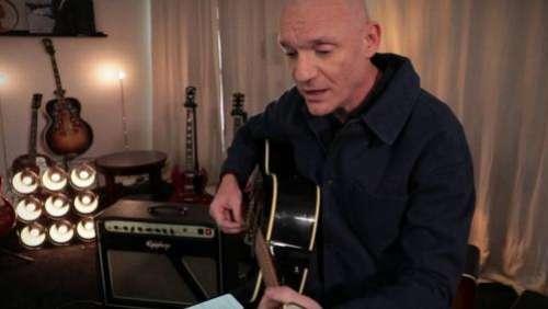 Rencontre avec le chanteur Gaëtan Roussel et sa guitare, à l'occasion de la sortie de son dernier album,