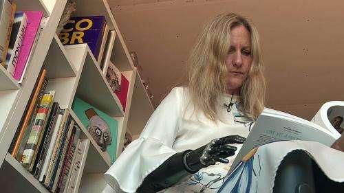 Du drame à la renaissance : Priscille Deborah, première femme avec un bras bionique, raconte son histoire