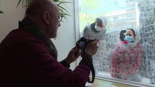 À Saint-Étienne, des artistes se produisent à travers les hublots d'une galerie