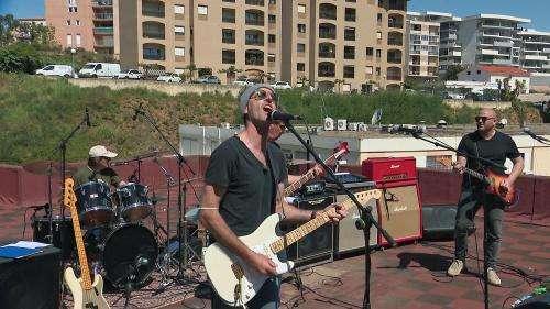 VIDEO. Installé sur le toit d'un immeuble d'Ajaccio, un groupe de rock offre un concert aux passants