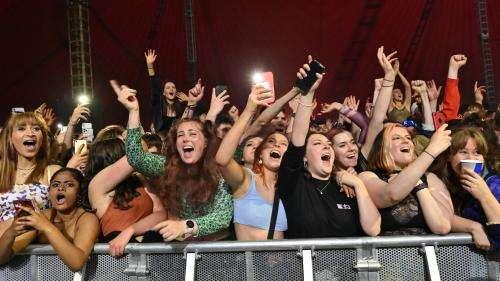 Covid-19 : un concert-test rassemble 5000 personnes sans masque à Liverpool