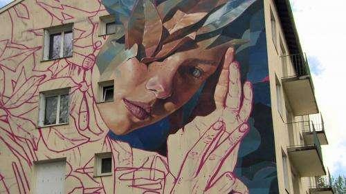 Festival Mur Murs : à Cransac dans l'Aveyron, le street artiste Ratur fait naître une déesse grecque sur un HLM