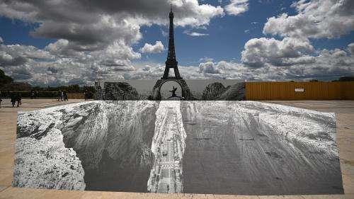 Grâce à une fresque de JR, la Tour Eiffel enjambe un canyon en plein Paris