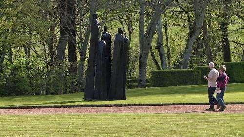 Dix sculptures monumentales de Christian Lapie s'élancent dans les jardins d'Eyrignac