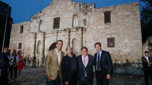 Aux États-Unis, une collection de reliques de la bataille d'Alamo, détenues par Phil Collins, suscite des interrogations