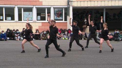 À Reims, les danseurs du ballet Preljocaj s'invitent dans les cours d'école
