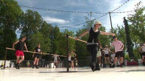 A Nancy, le Ballet national de Lorraine répète en plein air et en public dans un parc de la ville