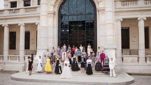 Haute couture automne-hiver 2021-22 : retour au défilé pour Chanel, qui présente aussi un film signé Sofia Coppola