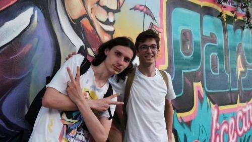 Quand les heureux gagnants de la mystérieuse chasse au trésor de street art parisienne remportent une brassée de NFTs