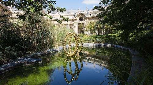 Perles et briques de verre, lotus dorés, l'univers de Jean-Michel Othoniel au Petit Palais