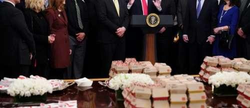 Trump reçoit des athlètes à la Maison Blanche avec des burgers et du poulet frit