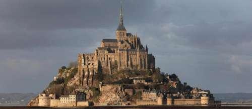 Des grimpeurs tentent d'escalader l'abbaye du Mont-Saint-Michel