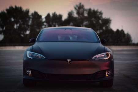 Elon Musk pourrait lancer une Tesla à 25 000$ sans volant ni pédales dès 2023