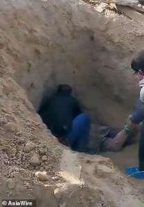 Une femme enterrée vivante par son fils survit miraculeusement