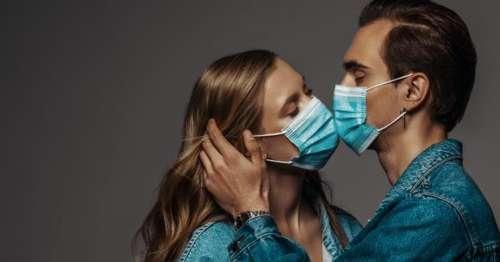 Coronavirus. Les scientifiques appellent les couples à porter des masques lorsqu'ils font l'amour