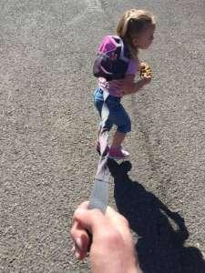 Un père explique pourquoi il a décidé de garder sa fille de 3 ans « en laisse »