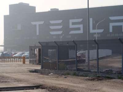 Tesla prévoit de lancer un prototype de robot humanoïde l'année prochaine, dit Elon Musk