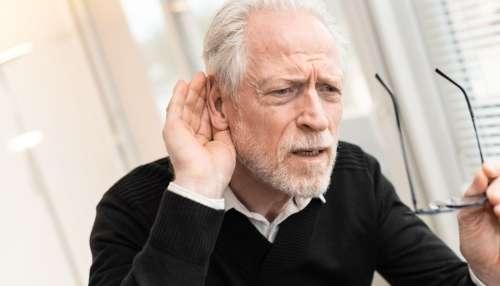 Pourquoi les personnes âgées font-elles tant répéter ?