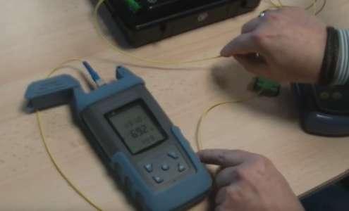 Reportage Univers Freebox : le test d'une liaison fibre optique expliqué en vidéo